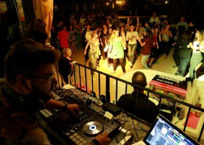 Animatore di contatto che fa il DJ