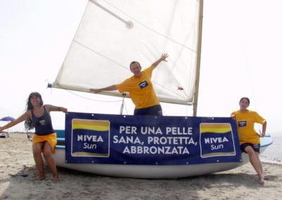 Animatori in barca sulla spiaggia