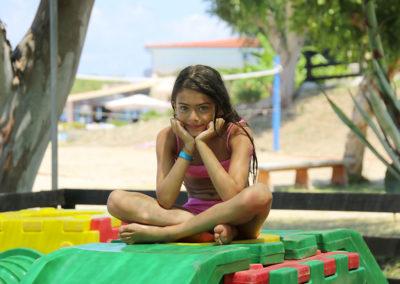 Bambina nei giochi del villaggio