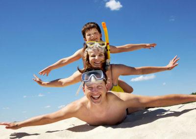Famiglia in vacanza felice e sorridente