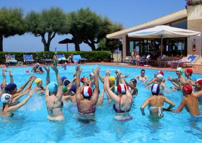 Fitness nella piscina del villaggio