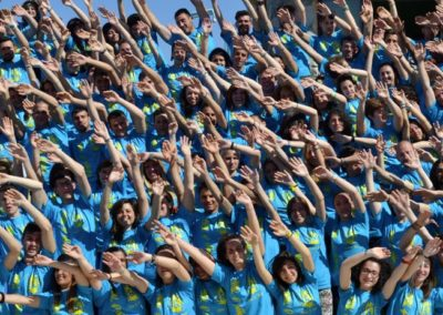 Animatori con le braccia alzate durante il campus di Villaggi e Tribù