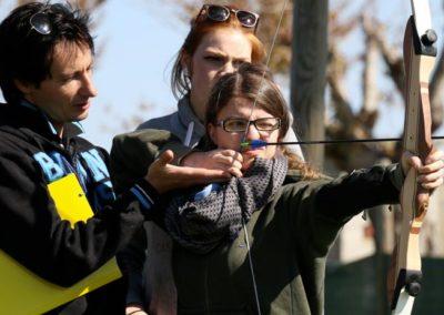 Istruttore sportivo in un villaggio che insegna il tiro con l'arco
